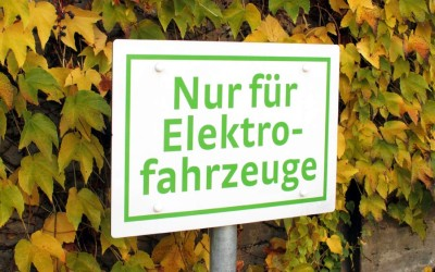 Mehr Ladestationen und freies Parken für Elektroautos